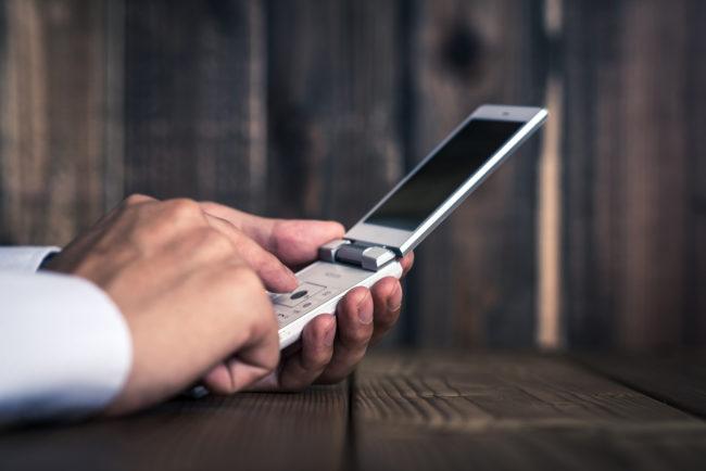 法人携帯をガラケーにするメリットとデメリット