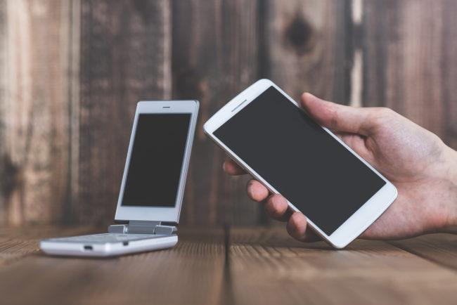 法人携帯でガラケーを使用する場合のおすすめメーカーの紹介と、スマホとの比較